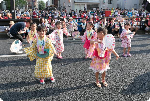 宮っ子パレードで踊りを披露する子どもたち