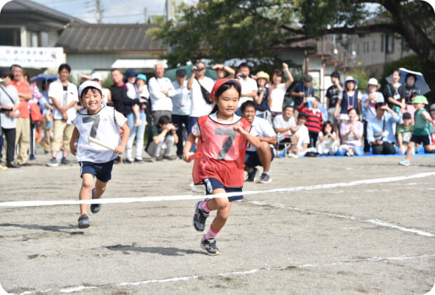 運動会でリレーをする子どもたち