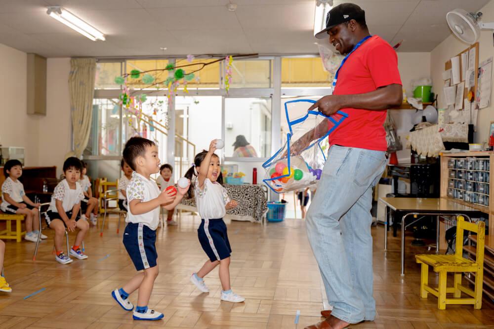 外国人講師と遊びながら英語を学ぶ子どもたち