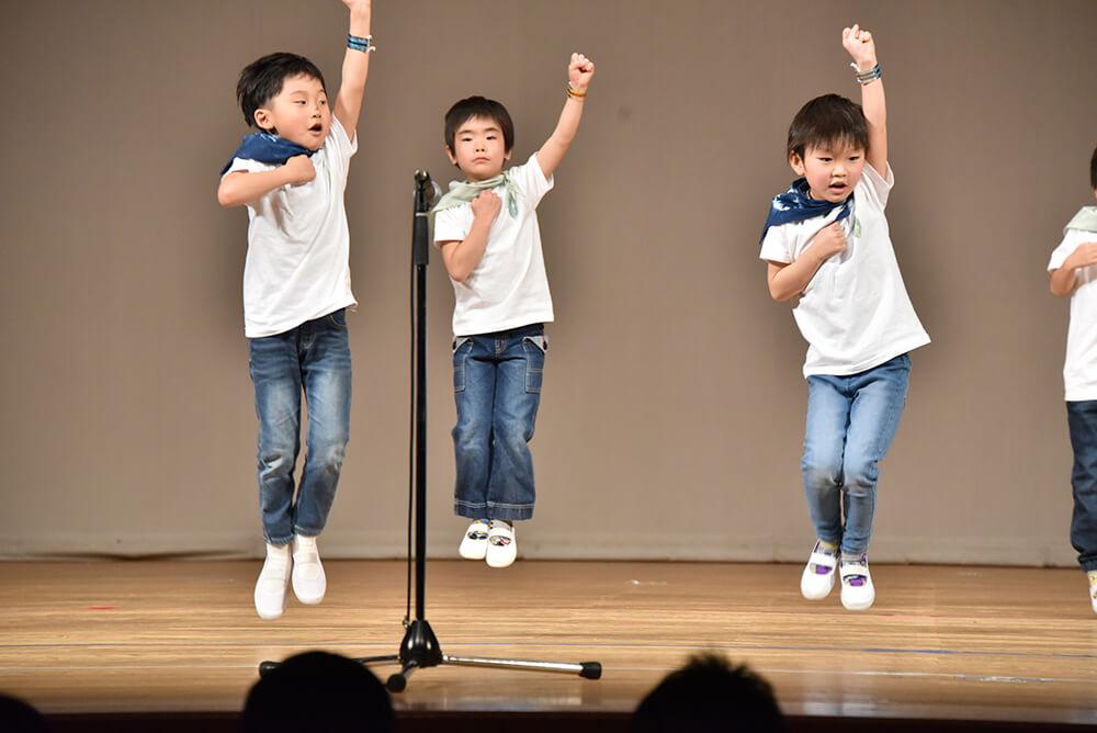 リズムダンスを披露する男の子たち
