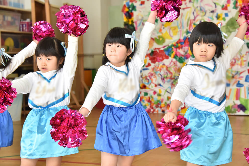リズムダンスを披露する女の子たち