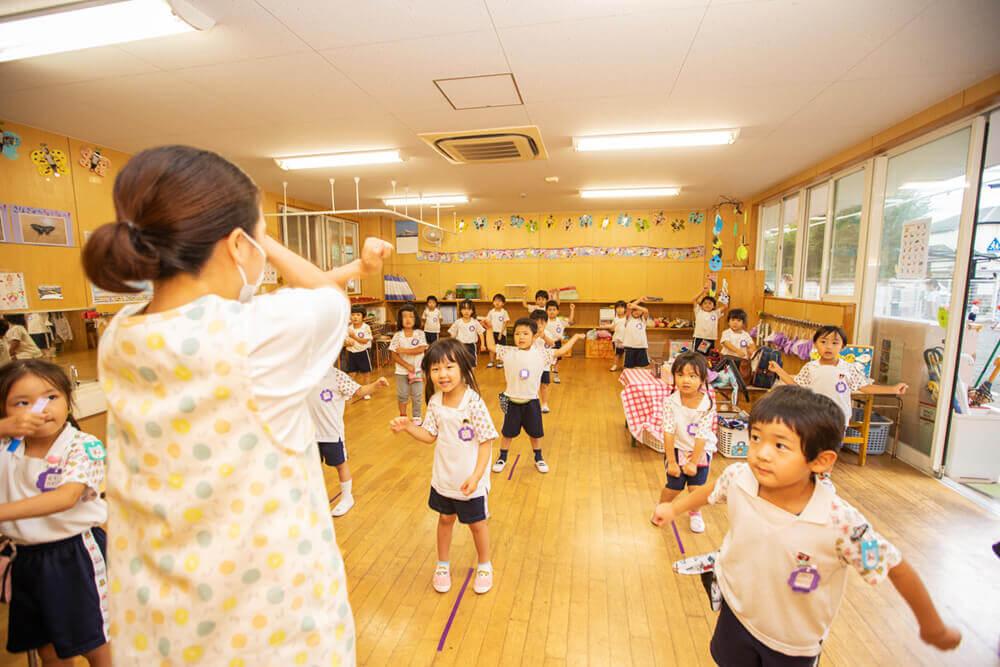 保育室で遊ぶ子どもたち