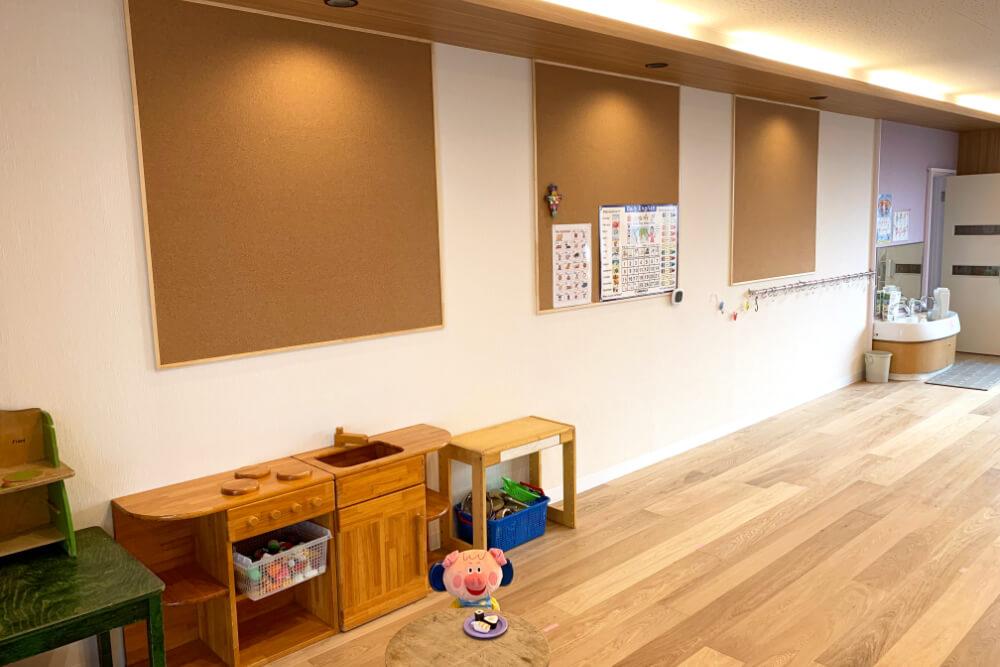 照明や床など暖かな色合いの保育室